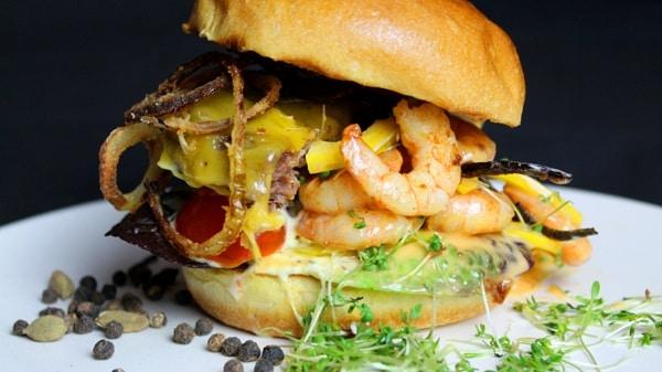 Surf & Turf Burger-Die Frau am Grill-BBQ Rezept-scampi-garnelen-rindfleisch-web