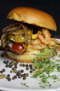 Surf & Turf Burger Rezept - die frau am grill