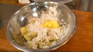 Teig für Kartoffelknödel machen - die frau am grill - chefsstuff