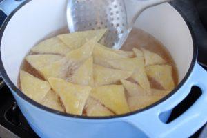 Tortilla Chips-Rezept-Frittieren-Die Frau am Grill-web