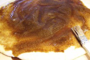 Zimtschnecken Füllung auf Teig streichen - die frau am grill