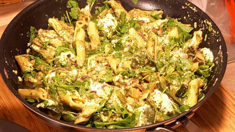 Zucchini Pfanne mit Rucola - die frau am grill - norbert babeo