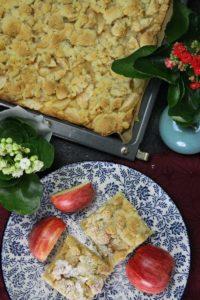 apfelkuchen vom blech auf teller - die frau am grill