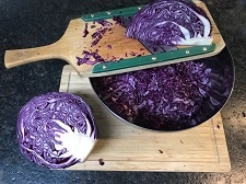 blaukraut fuer blaukrautsalat hobeln - die frau am grill