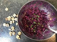 blaukrautsalat mit essig und oel und petersilie abschmecken - die frau am grill