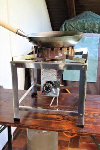 chattenglut hockerkocher auf tisch - die frau am grill