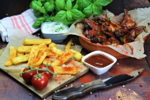 chicken wings grillen - pommes - die frau am grill