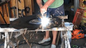 das loch in der feuerplatte zuschweissen - die frau am grill