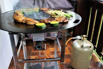 feuerplatte mit gas betreiben - die frau am grill