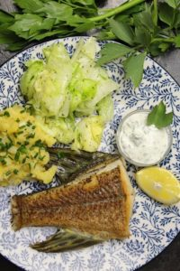 gebratener hecht mit salat - die frau am grill