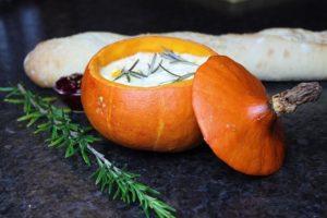 gefüllter Kürbis mit Käse - die frau am grill