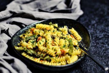 gruener spargel mit pasta - rezept - die frau am grill