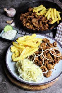 gyros pfanne mit pommes frites - die frau am grill
