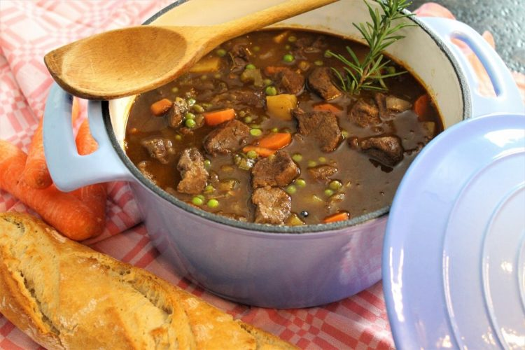 irish stew im topf mit baguette