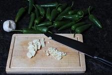 knoblauch klein schneiden für sud zum jalapeno einlegen