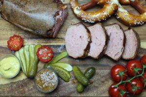 leberkaese mit breze und senf - die frau am grill