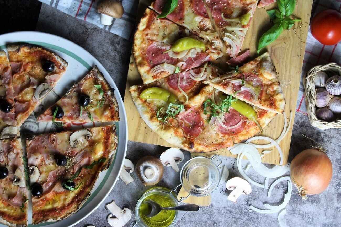 pizza auf dem gasgrill - die frau am grill