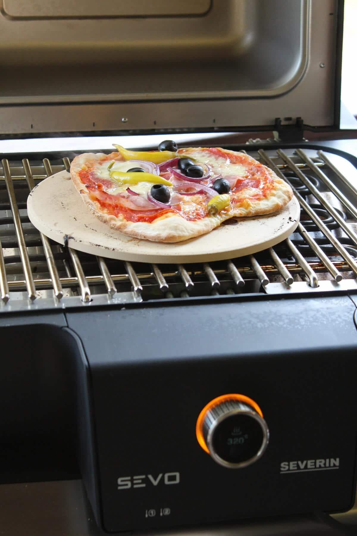 pizza auf pizzastein gebacken