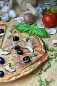 pizza vom gasgrill - die frau am grill