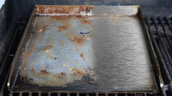 plancha reinigen-Grillplatte reinigen-Die Frau am Grill-Anleitung-diy-tipps und tricks-putzen-web