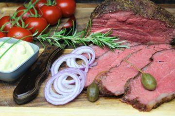 roastbeef raeuchern - die frau am grill