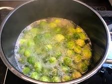 rosenkohl im kochenden wasser garen - die frau am grill