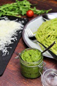 rucola pesto mit pasta - die frau am grill