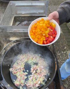 sauerkrautsuppe im dutch oven zubereiten - michael korsikowski - die frau am grill