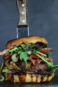 smashed burger mit messer - die frau am grill