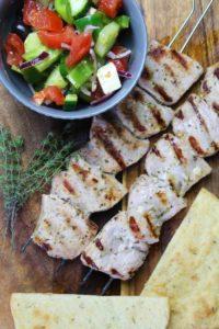 souvlaki mit salat und pita - die frau am grill