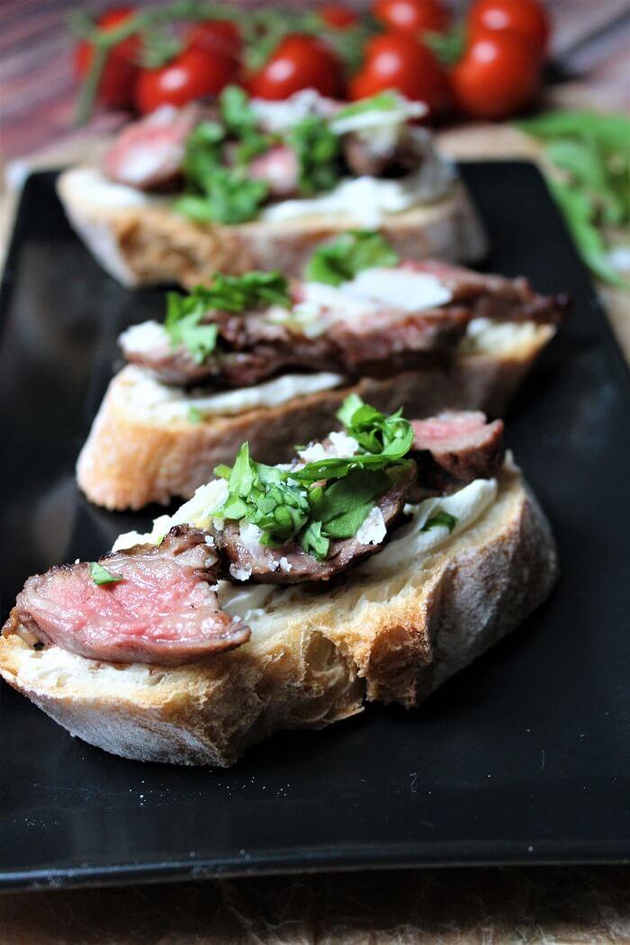 steak crostini - hochkant - die frau am grill