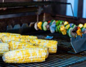 vegetarisch grillen-die frau am grill
