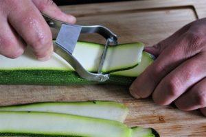 zucchini der laenge nach schaelen - die frau am grill