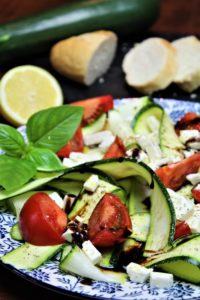zucchinisalat mit feta und basilikum - die frau am grill